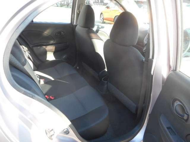 後部座席はプライバシーガラスとなっています。座っている人や置いてある荷物が見えにくくなっているのでプライバシーの確保が出来ます。ぜひ見て確認してみて下さい