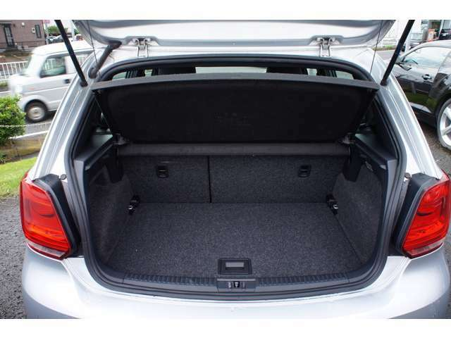 トランクもコンパクトなボディにもかかわらずタップリ積めます。 リアシートを倒せば更に広々としたスペースが作れます。