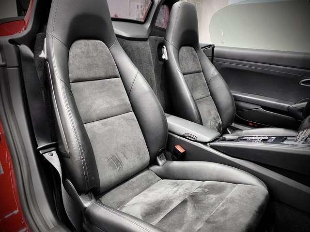 両席ともにシート脇の革の状態もとても良好でございます。