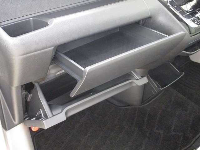 助手席前には、収納に便利なオープントレイとグローブボックスがあります!