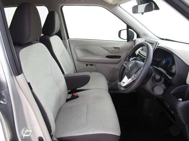 2人で座っても余裕を感じる、広々としたフロントシートです!