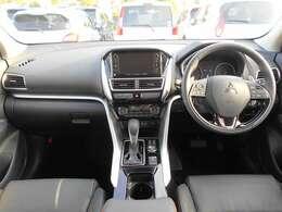 左右独立式オートエアコン付きです。運転席と助手席で異なった温度設定が可能ですよ。同乗者にやさしい機能です。