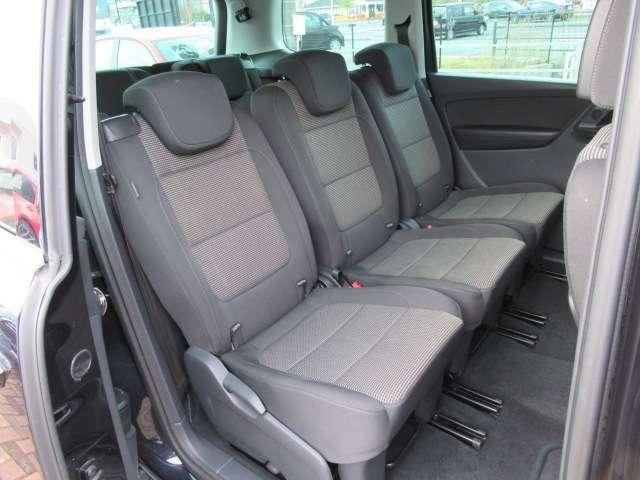 ●【お車の内装について】2列目シートに大きなへたりなどはなく、座り心地のいいシートでリラックスしてゆったりと座れます。