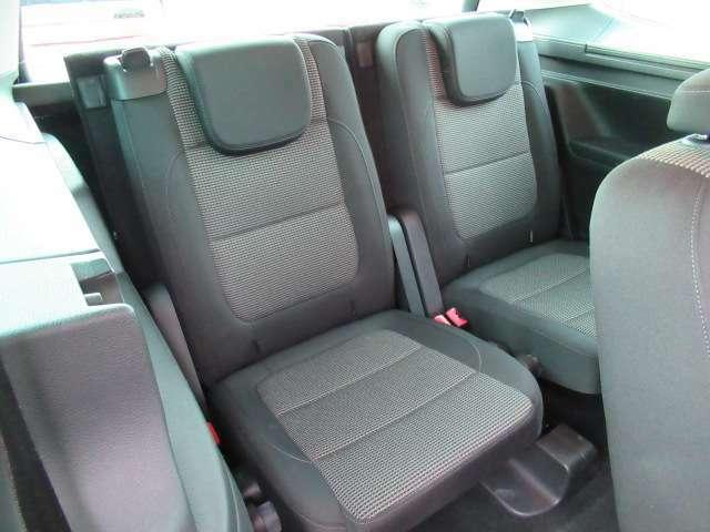 ●【お車の内装について】3列目シートに大きなへたりなどはなく、座り心地のいいシートでリラックスしてゆったりと座れます。