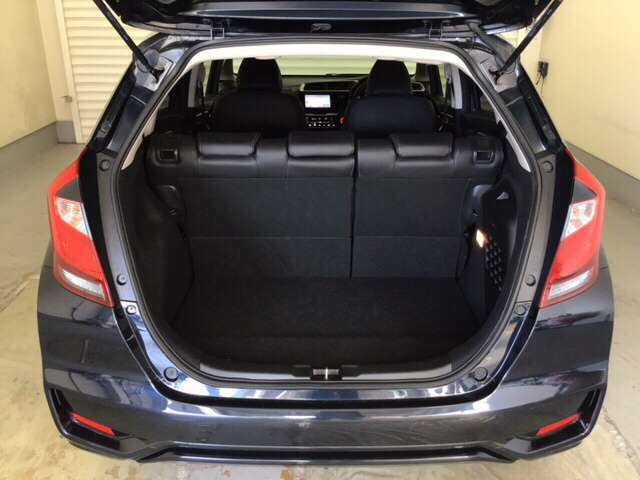 ラゲッジも広く使いやすいトランクは、開口部も広く荷物の積み下ろしもしやすいお車となっております。リアシートの背もたれは6:4の割合で分割して可倒できるので、長いお荷物などを載せることもできます。
