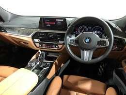 BMW特有のドライバーオリンテッドなコックピット 操作系、表示系をドライバー側に傾ける事でドライバーによりダイナミズムを感じていただけます。