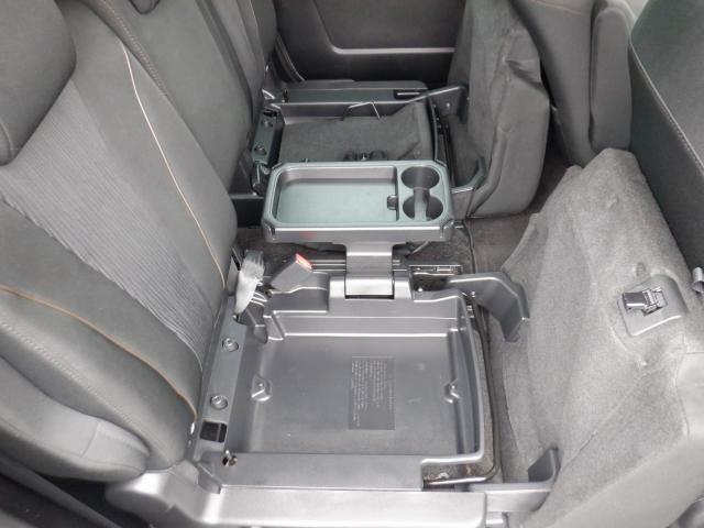 セカンドシートはアレンジ自由!座席にすることもできれば、ドリンクホルダーにすることもできます。