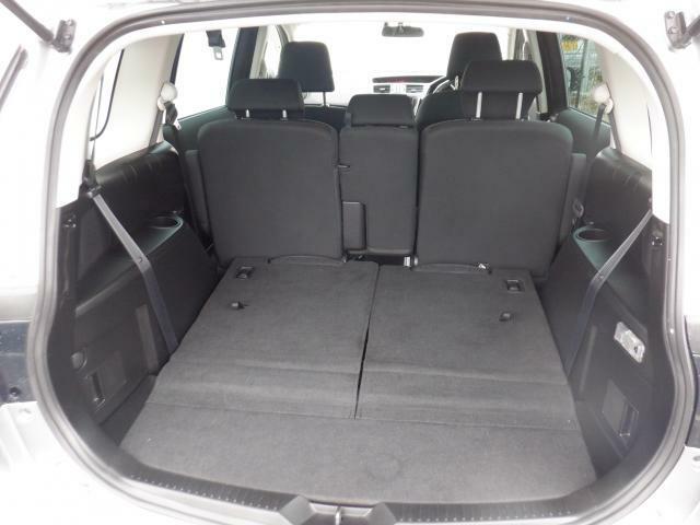 サードシートは簡単に倒せて、荷室を広くすることが出来ます♪