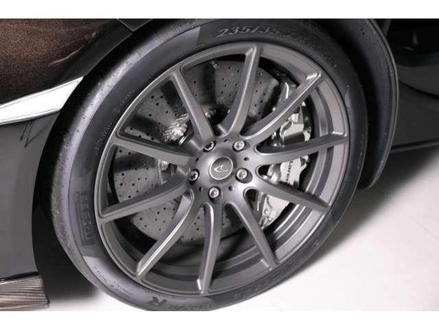 軽量ステルス鍛造ホイール、チタニウムホイールボルト・カーボンセラミックブレーキ、スペシャルカラーポリッシュブレーキキャリパー