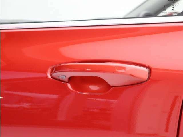 キーレスエントリー搭載。キーを持ったままドアノブを握れば自動で開錠からエンジン始動までスマートに操作が可能です。ロック時はドアのセンサー部に軽く触れるだけで施錠されます。