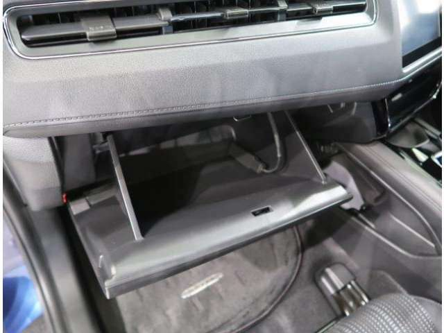 車検証・整備手帳・取扱説明書等一式がすっぽり入るグローブボックスです♪