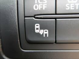 【ブラインドスポットモニター】搭載です。後方の視界から隠れやすい箇所に後続車が接近するとサイドミラーのレンズに警告がつき、ドライバーに注意喚起をしてくれます。