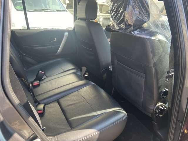 後部座席ももちろんレザーシート!アクセル踏めば快適な空間をどこまでも♪
