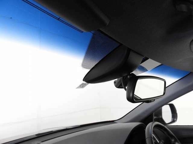 【ハーフシェードウィンドウ】上からの陽射しをやわらげ、まぶしさを軽減。ドライブをより快適にします!