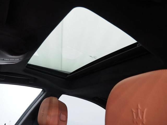 人気オプションのサンルーフを装備。車内に開放感をプラスしております。