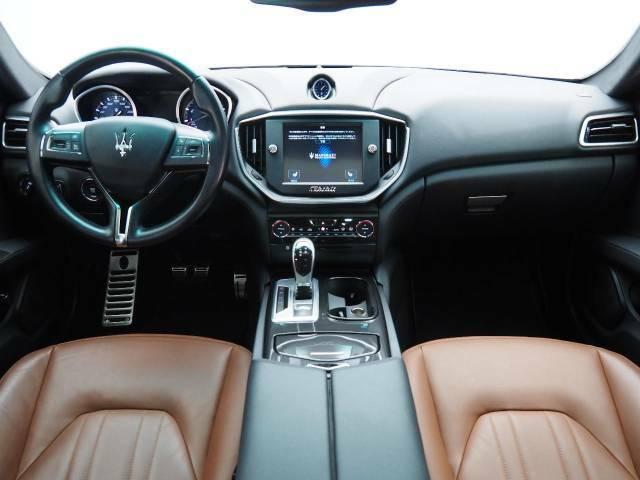 インテリアは8方向電動調整式フロントシート、ダークミラーインテリアが装備され、スポーティーな走りの楽しみと快適性を両立。