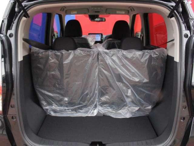 後部座席を倒して使えば荷物もたくさん入るから便利!!