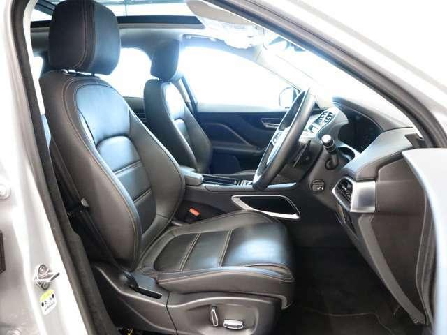 インテリアは「エボニー」を採用。シックなカラーが高級感を演出。フロントシートにはシートヒーターも備えており便利にお使いいただけます。