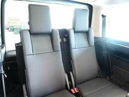 2座式サードシートを装備するDISCOVERY 三列目シートも余裕のあるスペースが確保されます。使用しない時には簡単に格納可。7シーター車輌はどのモデルも人気の高い装備となっています。