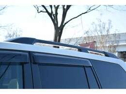 ■メーカーオプションのルーフレールを装備しておりアウトドアやウィンタースポーツ等の荷物の積載に役立ちます。