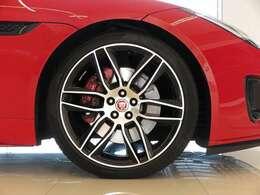 20インチアロイホイール大口径の20インチは引き締まった足元を演出しボディカラーと相性がよく全体のバランスを整えてくれます。