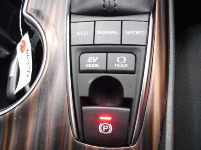 シフトレバーを『P』ポジションに入れると自動で作動し、ブレーキを踏みながら『D』ポジションなど『P』ポジション以外にシフトすると解除されるオート機能付です。