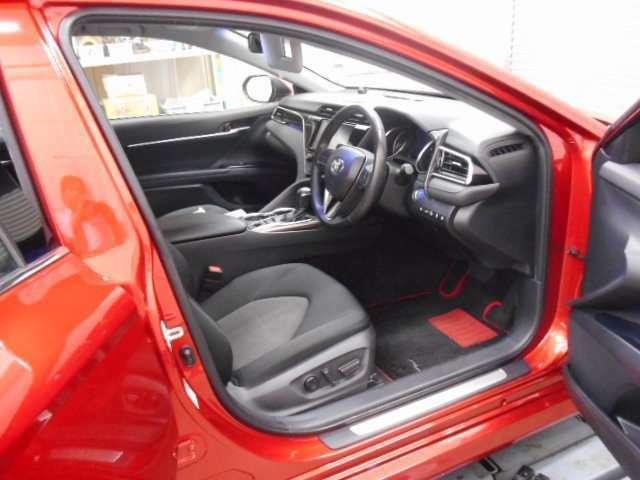一番長く過ごす運転席なので、運転される方の事を考えてスイッチやレバー類は操作のしやすい位置に配置されています。