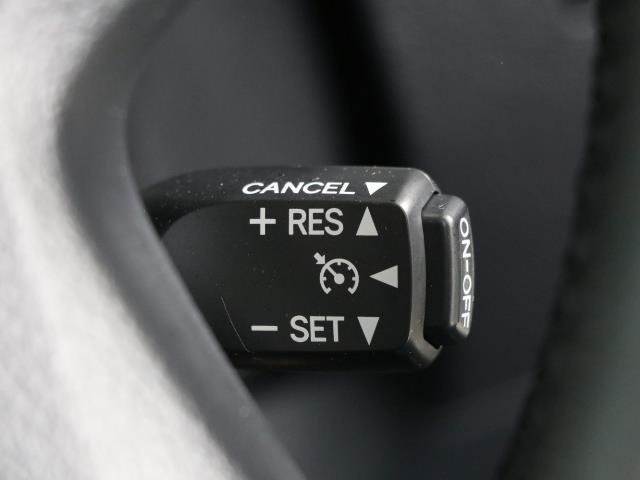 高速道路で便利なクルーズコントロール機能が付いていますよ。 速度を設定するとアクセルを踏まなくても一定の速度で走ることができるので足を休ませる事ができますね。