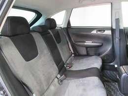 家族や仲間と一緒に乗っても快適。また、手触りのよい上質なシート素材で、やさしい座り心地です。