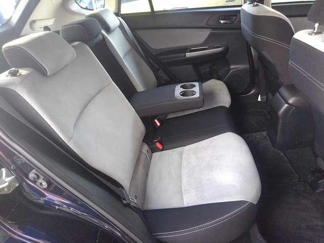 後席はゆったり腰掛けられるベンチシートです★真ん中にはカップホルダーも装備★