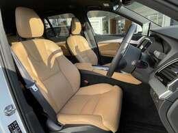内装は明るいアンバー(本革)です。前席はシートヒーターが装備されております
