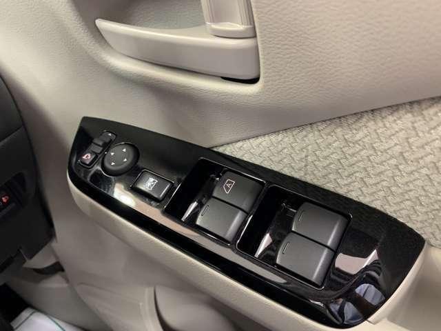 電動格納式ドアミラーです。駐車時等でボタン一つでドアミラーを格納できます♪