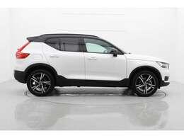 タイヤをできる限り車の4隅に配置して、安定感のあるスタイルと乗り心地を実現しています。白と黒で塗り分けられたボディーはとてもシャープに見えます。