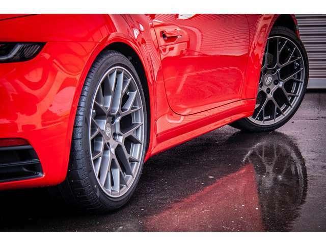 純正オプション20/21インチRSスパイダーデザインホイール(566,297円相当)を装着しております。色味、素材、デザインが車両のオーラをより引き立てます。