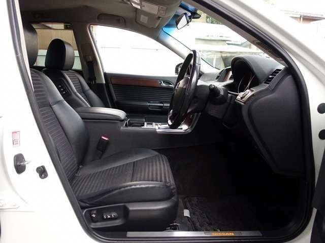 運転席・助手席シートは電動調整可能なパワーシートに専用ハーフレザーシート装備。人気のファイナルコネクション車高調にWORKグノーシスGSII20AWなど、高額カスタムパーツを多数装備した弊社一押しの一台