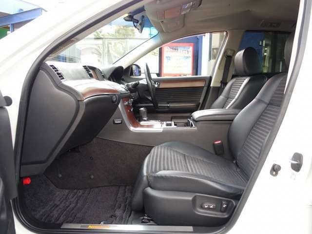 Bプラン画像:運転席・助手席シートは電動調整可能なパワーシートに専用ハーフレザーシート装備。人気のファイナルコネクション車高調にWORKグノーシスGSII20AW等、高額カスタムパーツを多数装備した弊社一押しの一台