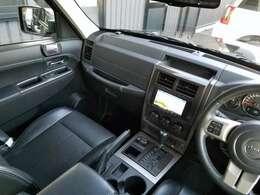 【KK型Jeep末期2011yモデル】【上級グレード:リミテッド】【ブラックボディ】【嬉しいおまけ装備満載】と、良い所尽くめな1台。『車体左前部に見られる修復歴のお陰でリーズナブルな価格でのご提供車』です。