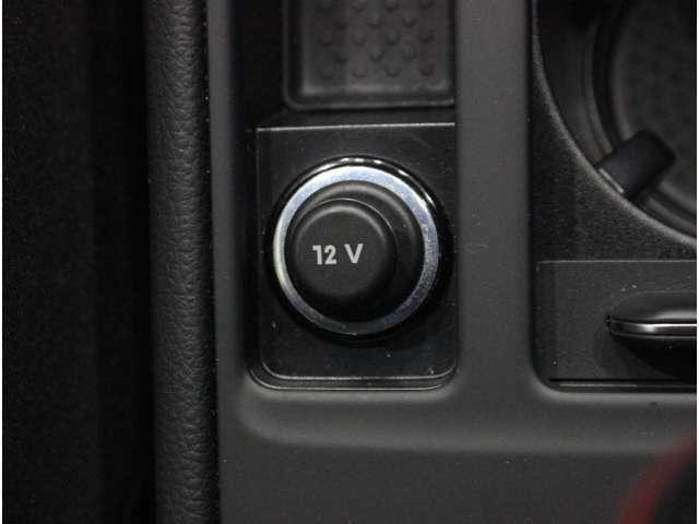 【アクセサリーソケット】消費電力120W未満の電気製品を使用するときにご利用いただけます。車内でのスマートフォンの充電などが可能です。