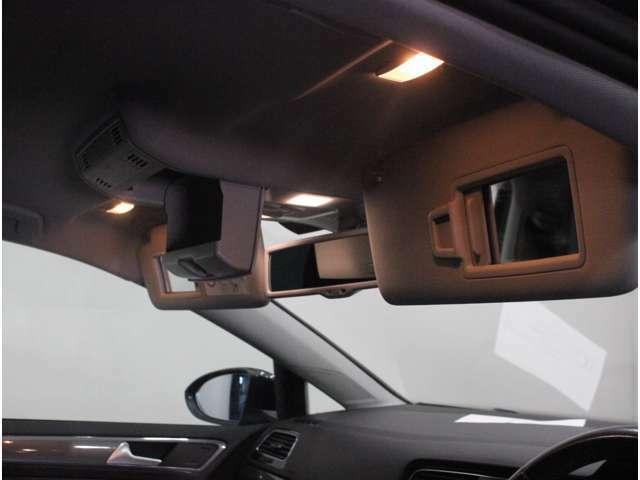 【運転席・助手席バニティミラー】照明付きで車内でのメイク直しにも活用できます。