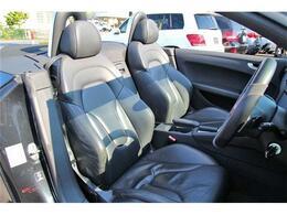 運手席によく見られるシートスレなども無くキレイに保たれたブラックレザーシートです。