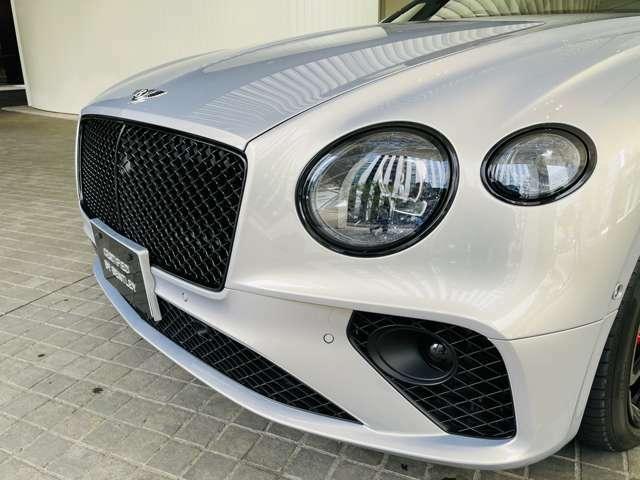 ヘッドライトやテールライトにはクリスタルカットガラスの様なデザインが施されており、とても美しい仕様となっております。