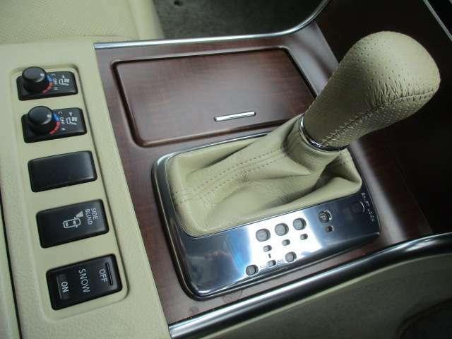 シフトはシンプルなデザインで握りやすく操作もしやすいです♪マニュアルモードも搭載されておりますのでスポーティーな走行も可能です♪シートヒーター+クーラーのスイッチもこちらにございます♪