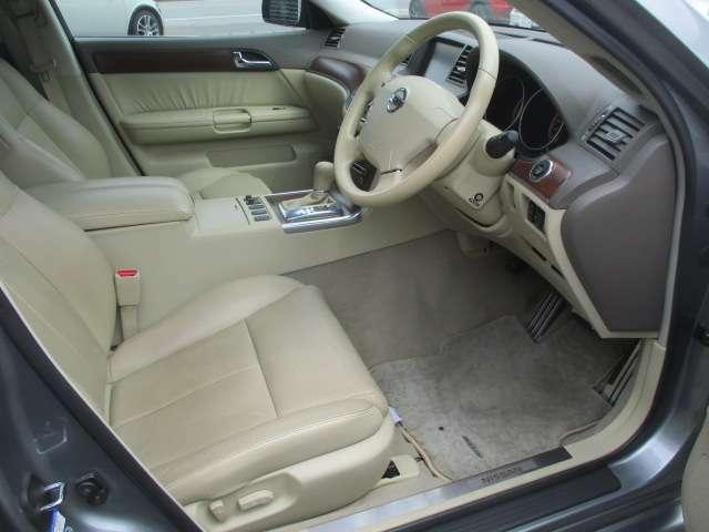 広々とした運転席は窮屈感等のストレスを感じる事なくご乗車出来ます♪本革電動シートになっておりますのでお好みの位置にラクラクと調整出来ます♪シートは程よいホールド感がございます♪