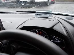 エンジンONでメーターフードの前方に立ち上がり、車速やナビゲーションのルート誘導など走行時に必要な情報を表示します