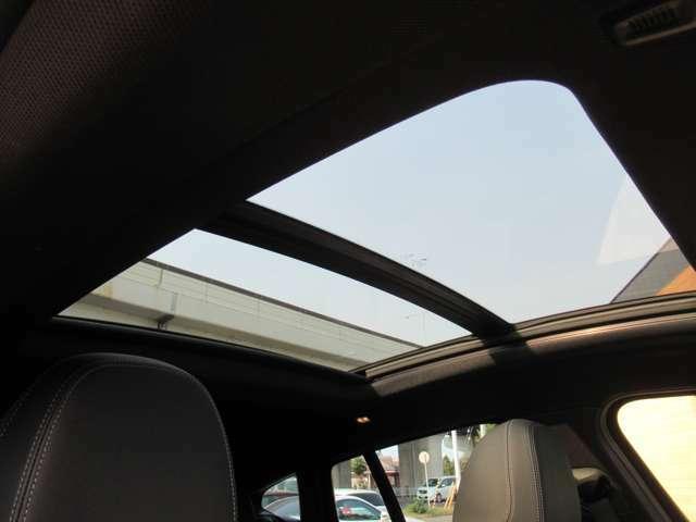 オプション設定の電動パノラマ・ガラス・サンルーフは車内を明るく開放的にしてくれます♪