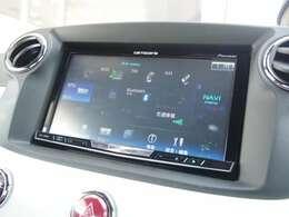 カロッツェリア製SDナビゲーションを装備。フルセグTV、DVD再生、Bluetoothオーディオにも対応。