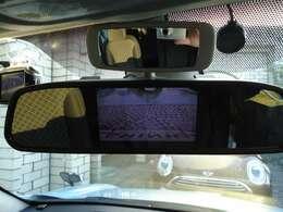 ルームミラーの上部には、運転席から後席の様子が確認できるチャイルドミラーが付いています。