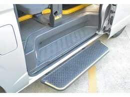 ステップは、オートステップになっており、スライドドアの開閉に連動したステップです。運転席のスイッチでON/OFF切り替えが可能です。