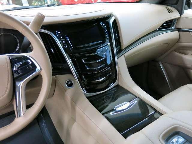 すべての素材と造りこみがうまく調和し、このうえなく優雅なドライビング体験を演出します。