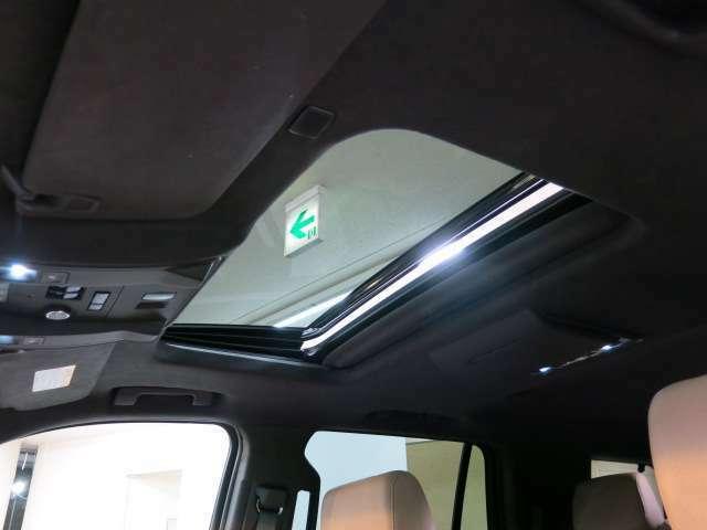 安全快適装置ではフルエアバッグや車両安定性制御システムはもとより、シートを振動させて警告するセーフティアラートドライバーシート(警告振動機能付)、